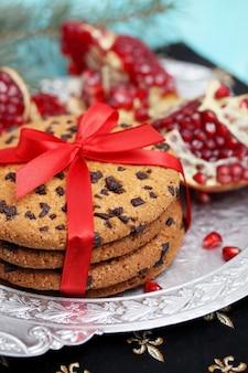 Cookies de chocolate amarrados com uma fita vermelha. fundo de natal.
