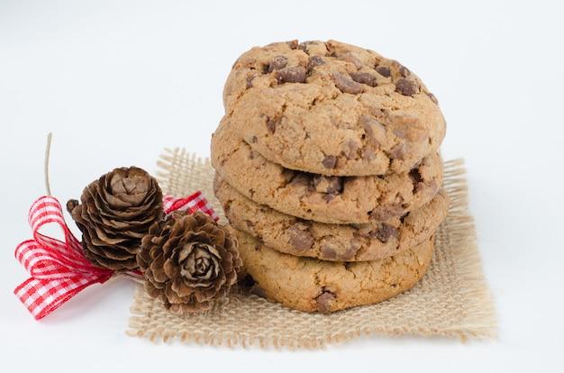 Cookies de chocolate com enfeites de natal.