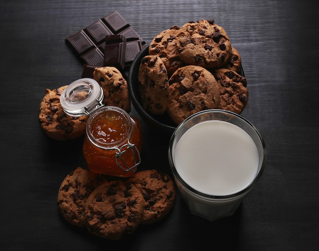 Cookies de chocolate com gotas de chocolate