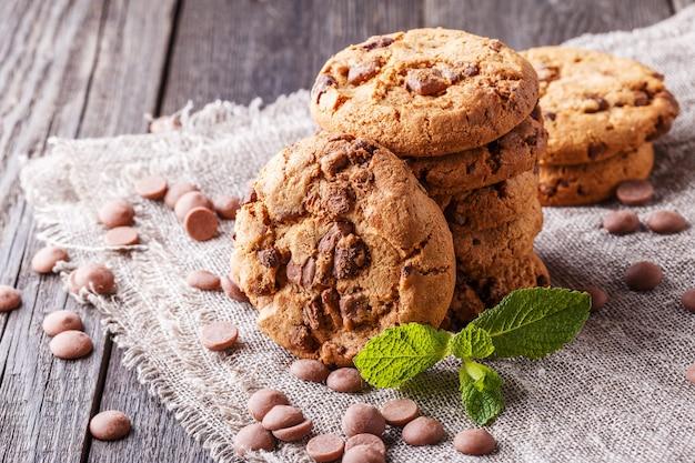 Cookies de chocolate com menta e gotas de chocolate
