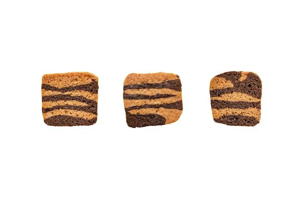 Cookies de chocolate crocantes finos em fundo branco liso, isolado.