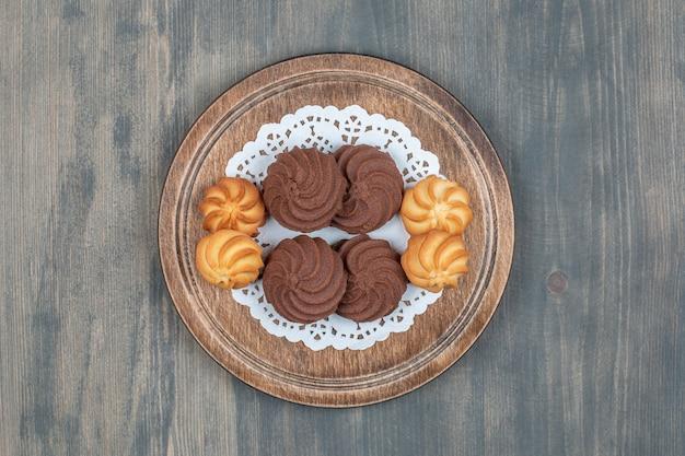 Cookies de chocolate e biscoitos com gergelim