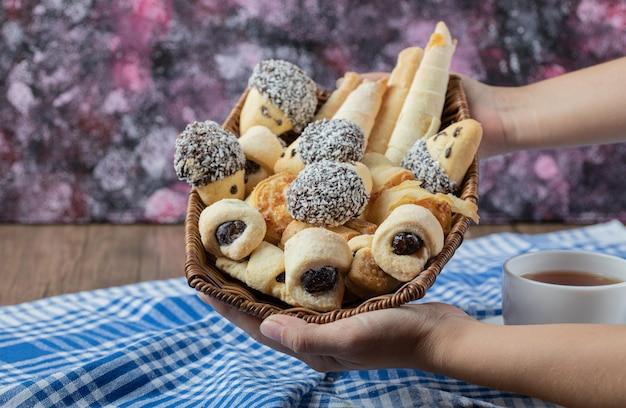 Cookies de chocolate e manteiga em uma cesta de madeira.