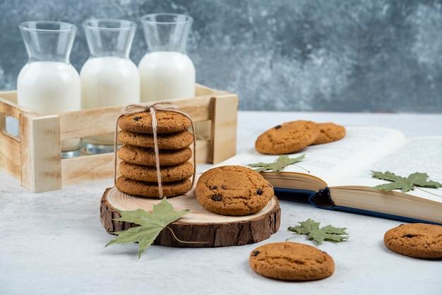 Cookies de chocolate em corda em uma placa de madeira.