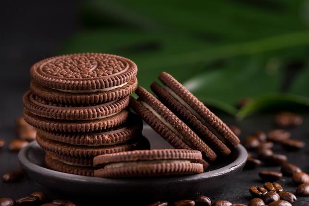 Cookies de chocolate em fundo preto.