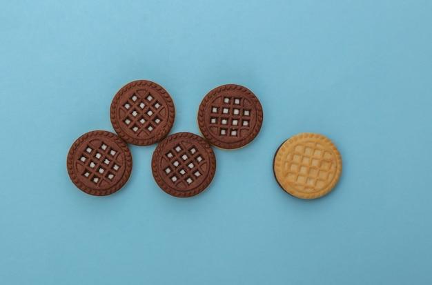 Cookies de chocolate em um fundo azul. vista do topo