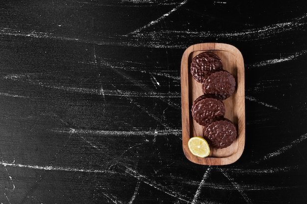 Cookies de chocolate em uma placa de madeira.
