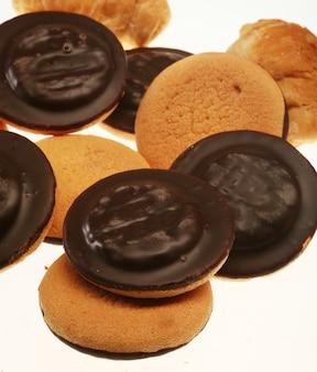 Cookies de chocolate isolados no branco