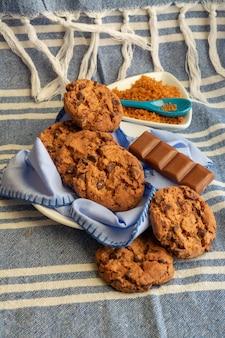 Cookies de chocolate redondos com superfície azul