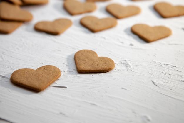 Cookies de corações em um branco cookies caseiros com corações dia dos namorados como conceito de sentimentos de amor