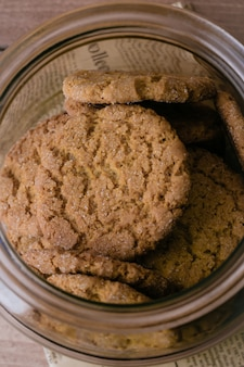 Cookies de farinha de aveia do mel no fundo de madeira da tabela.