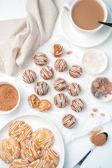 Cookies de limão e chocolate em um fundo branco. vista superior, vertical.