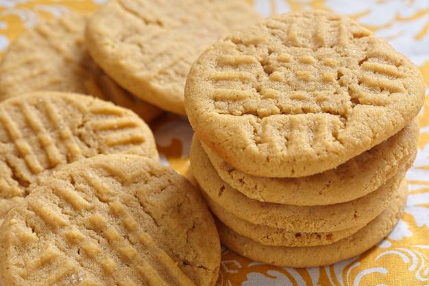 Cookies de manteiga de amendoim à moda antiga em uma mesa