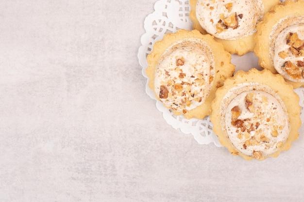 Cookies de passas de aveia na mesa branca.