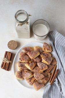 Cookies de requeijão de triângulos com açúcar e canela.