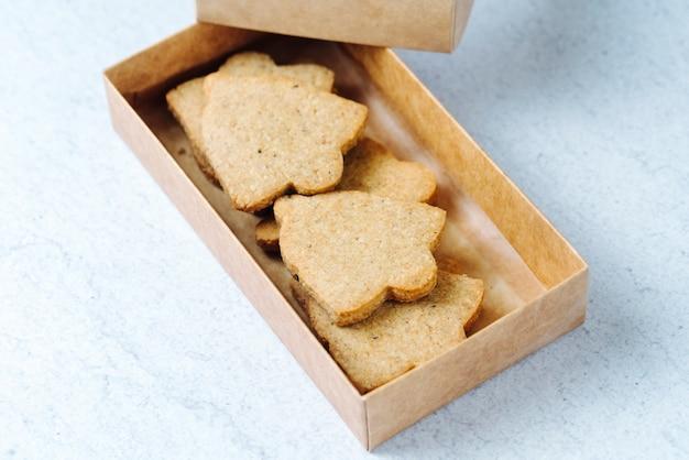 Cookies de vista lateral em uma caixa