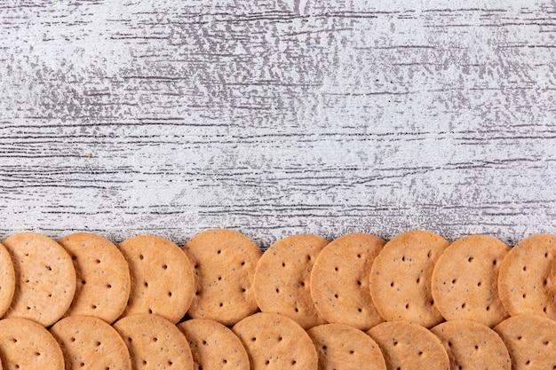 Cookies de vista superior com espaço de cópia na horizontal de madeira branco