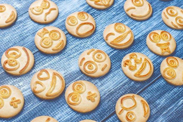 Cookies divertidos de emoções diferentes, biscoitos sorridentes e tristes