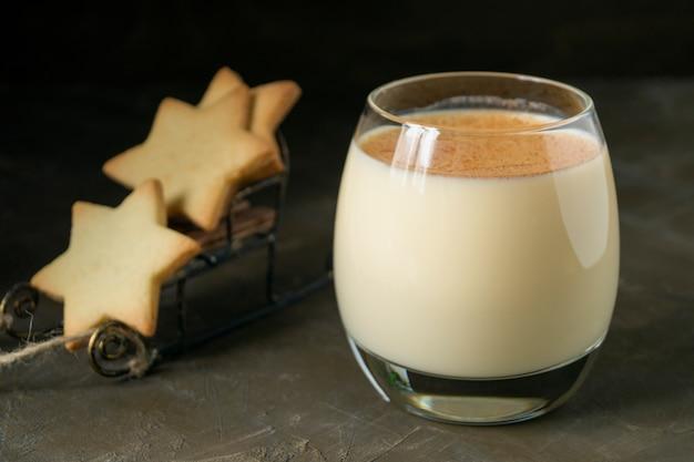 Cookies do cocktail e da estrela da gemada no fundo preto.