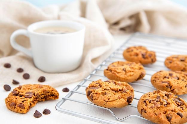 Cookies e café de vista frontal