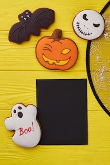 Cookies e decorações de halloween sortidas biscoitos de açúcar de halloween e cartão de papel preto feliz olá ...