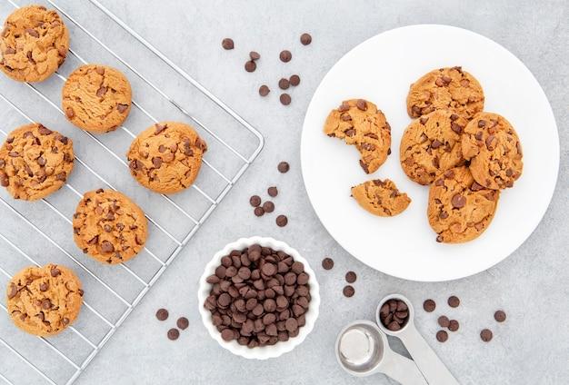 Cookies e gotas de chocolate de vista de cima na cozinha