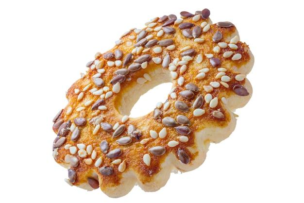 Cookies em forma de anéis com sementes de gergelim e linho. recorte em um fundo branco com uma ferramenta de caneta. profundidade de campo total.