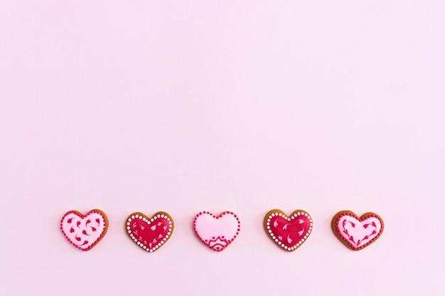 Cookies em forma de coração plana leigos com espaço de cópia.