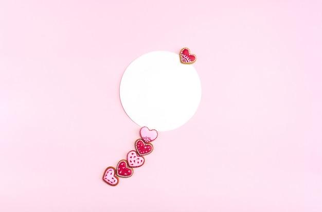 Cookies em forma de coração plana leigos com maquete redonda. dia dos namorados.