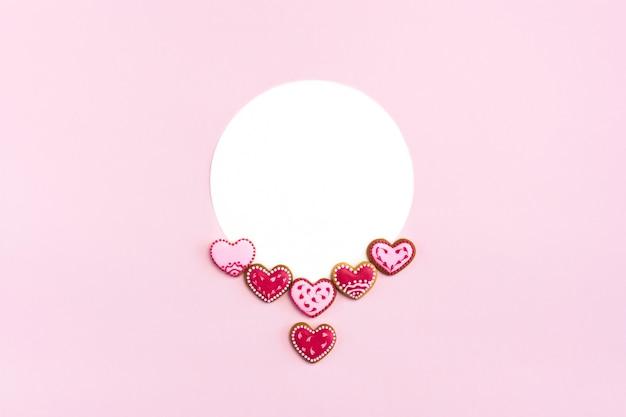 Cookies em forma de coração plana leigos com maquete.