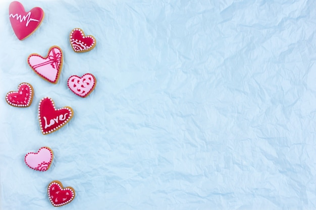Cookies em forma de coração planas para o dia dos namorados com sinal de amor. foto de alta qualidade