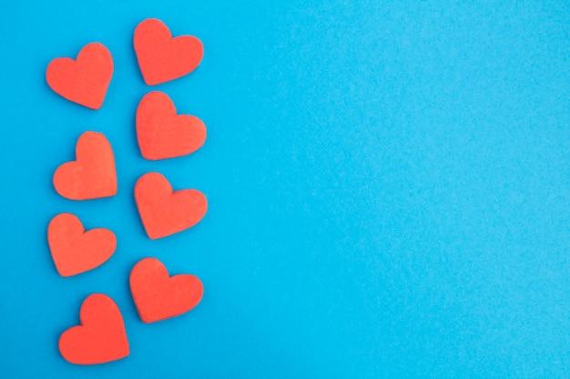 Cookies em forma de corações vermelhos isolados no azul