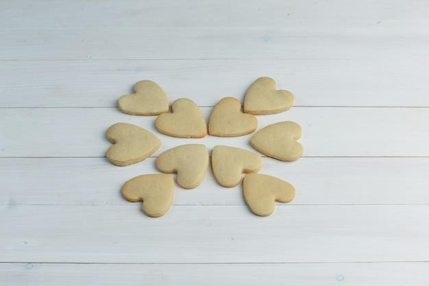 Cookies em um fundo de madeira. vista de alto ângulo.