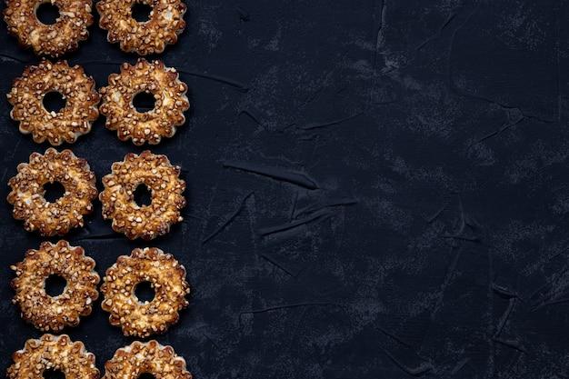 Cookies em um fundo preto