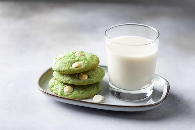 Cookies matcha de chá verde e vidro com leite não lácteo. sobremesa vegana saudável