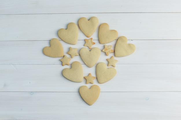 Cookies planos sobre um fundo de madeira