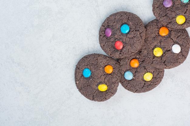 Cookies redondos de chocolate doce em fundo branco