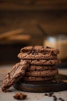 Cookies redondos de gotas de chocolate com amêndoas em uma mesa de madeira