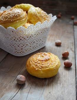 Cookies tradicionais do azerbaijão no rústico com avelãs