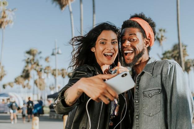 Cool casal tomando uma selfie