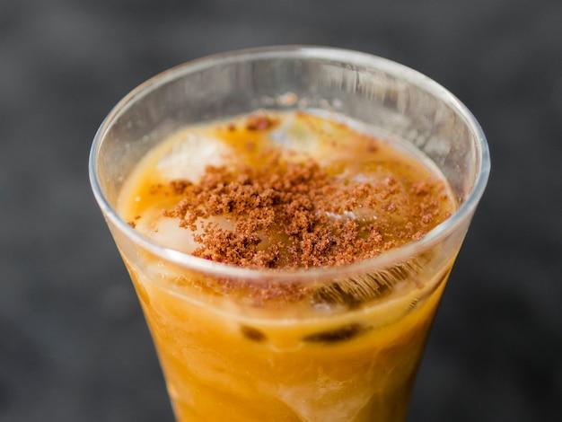 Cool cocktail saboroso de laranja com gelo e canela