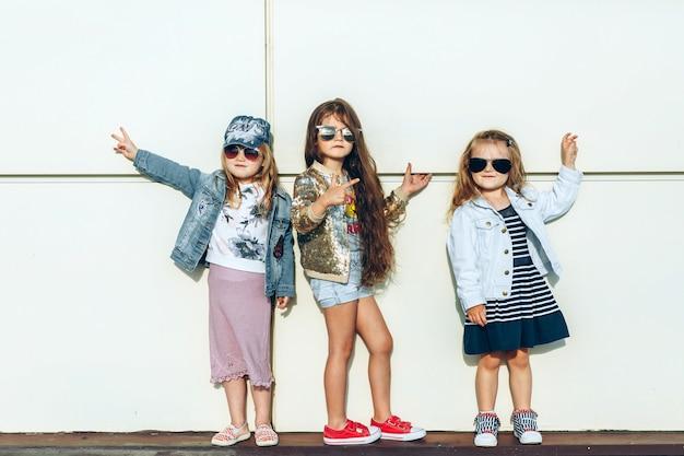 Cool filhotes em óculos de sol em frente à parede branca