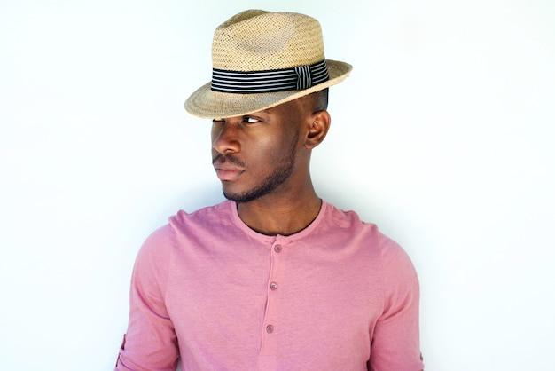 Cool jovem preto moda masculina modelo com chapéu