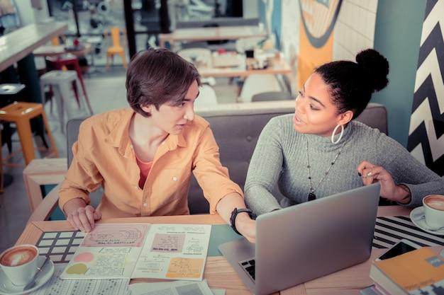 Cooperação. a dupla de alunos fazendo um projeto educacional comum