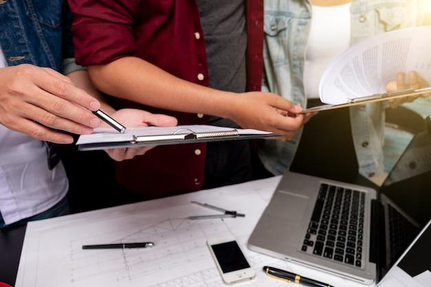 Cooperação corporativa conquista planejamento design desenhe o conceito de trabalho em equipe, close-up do engenheiro da pessoa mão desenho plano em blue print com equipamento de arquiteto.