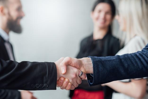 Cooperação profissional e acordo. close-up do aperto de mão.