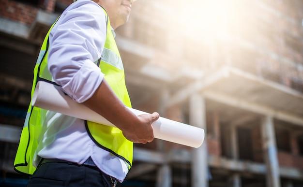 Coordenador de construção que trabalha no canteiro de obras e na gestão no canteiro de obras.