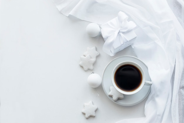Copa com café, biscoitos e bolas de natal, chave alta