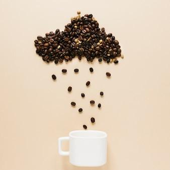 Copa com grãos de café em nuvem