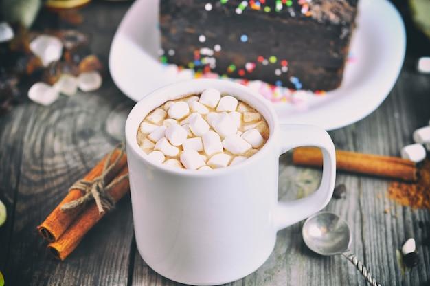 Copa com uma bebida e marshmallow branco